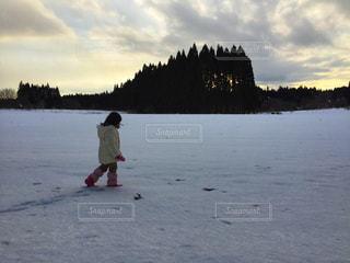 雪原を歩く女の子の写真・画像素材[1749083]