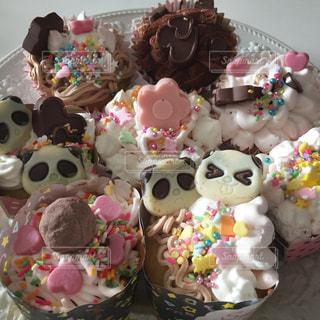 花,ピンク,プレゼント,デザート,生クリーム,ハート,カップケーキ,チョコレート,パンダ,整列,並ぶ,チョコクリーム,多色,様々,デコカップケーキ,生チョコクリーム,パパチョコ,苺生クリーム