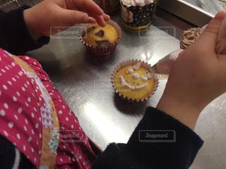 キッチン,手,子供,女の子,プレゼント,デザート,生クリーム,カップケーキ,チョコレート,バレンタイン,手作り,作業,作業中,エプロン,バレンタインデー,作る,途中,絞る,デコカップケーキ,苺生クリーム
