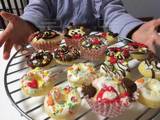 誕生日ケーキを持っている人の写真・画像素材[1787758]