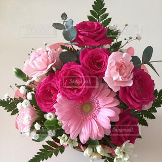 テーブルの上に花瓶の花の花束の写真・画像素材[1792804]