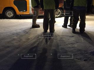 駐車場に立っている人のグループの写真・画像素材[1799402]