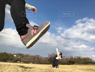 空気中のジャンプ男の写真・画像素材[1879843]