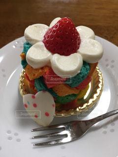 近くに皿の上のケーキのアップの写真・画像素材[1883141]
