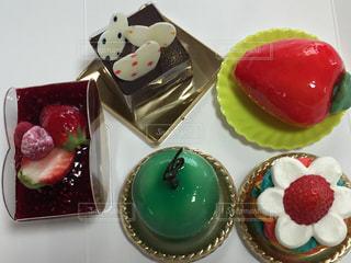 テーブルの上にフルーツとケーキの写真・画像素材[1883154]