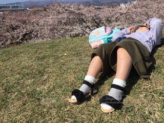 五稜郭公園でまったりする女の子の写真・画像素材[2071858]