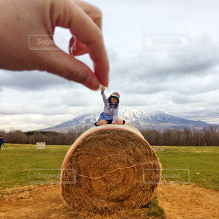 干し草の上に立って人の写真・画像素材[2079002]