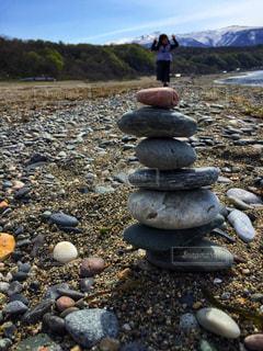 岩の横にある岩のビーチの写真・画像素材[2079057]