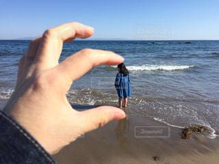 水域の隣に立っている男の写真・画像素材[2090706]