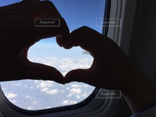 空,雲,親子,飛行機,窓,手,指,ハート,ふたり,機内