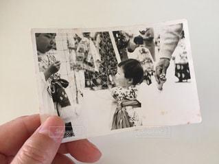 紙を持っている人のクローズアップの写真・画像素材[2433788]
