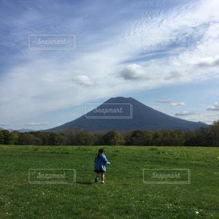 ニセコ、羊蹄山と女の子の写真・画像素材[2602129]