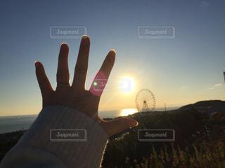 1人,風景,空,屋外,太陽,朝日,観覧車,手,光,手のひら,人,淡路島,淡路PA