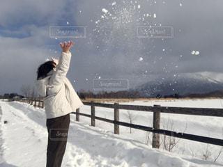 雪の中に立っている人の写真・画像素材[2869209]