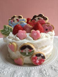 お皿の上にデザートを入れたケーキの写真・画像素材[2994687]