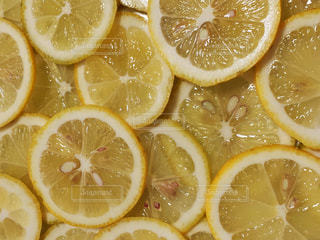 半分にスライスしたレモンのクローズアップの写真・画像素材[3188052]