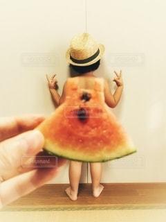 果物を持つ手 スイカワンピースの写真・画像素材[3527489]