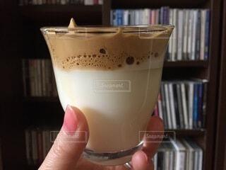 コーヒー,屋内,手,手持ち,デザート,ふわふわ,人物,人,グラス,カップ,本棚,泡,ポートレート,ドリンク,指先,ライフスタイル,手元,飲料,ダルゴナコーヒー