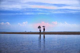 水の体の隣に立っている人の写真・画像素材[3668987]
