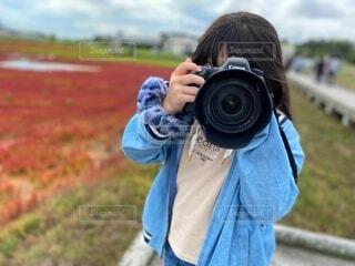 秋,カメラ,屋外,赤,子供,草,手持ち,人物,大きい,人,デジタルカメラ,ポートレート,カメラマン,道東,ライフスタイル,手元,一眼レフカメラ,アッケシソウ,カメラレンズ,デジタル一眼レフ,サンゴ草