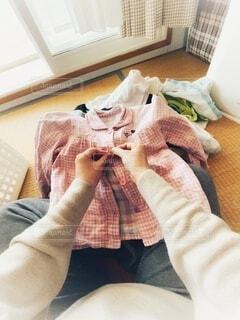 洗濯物を畳む人の写真・画像素材[3762531]