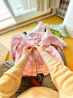 洗濯物を畳む人の写真・画像素材[3762529]