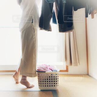 洗濯物を干す女性の写真・画像素材[3775184]