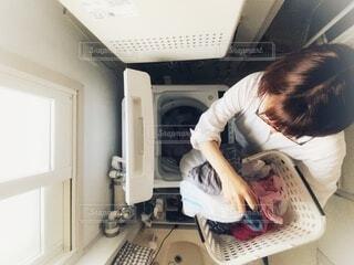 洗濯物をする女性の写真・画像素材[3775237]