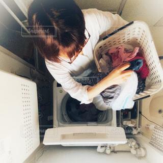 洗濯をする女性の写真・画像素材[3775254]