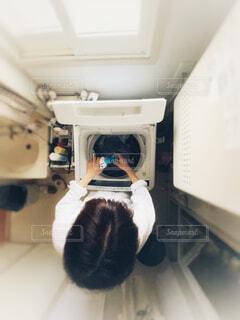 洗濯をする女性の写真・画像素材[3778900]