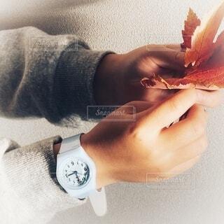 腕時計をつけている子供の写真・画像素材[3833272]