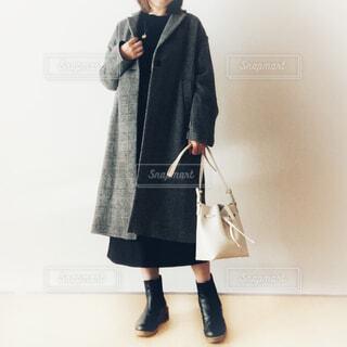 チェスターコートを着た女性の写真・画像素材[3898362]