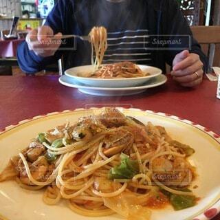 パスタを食べる人の写真・画像素材[3916840]