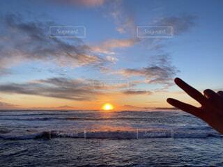 自然,風景,海,空,冬,屋外,太陽,朝日,ビーチ,雲,砂浜,手,水面,北海道,指,正月,平和,お正月,元旦,日の出,ピース,道東,冷たい,新年,初日の出,知床半島,オホーツク海,網走,了解,毛嵐,帽子岩,よろしく,ジェスチャー,2021,2021 年