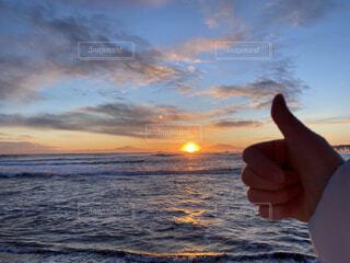 自然,風景,海,空,冬,屋外,太陽,朝日,ビーチ,雲,砂浜,手,水面,北海道,指,正月,お正月,元旦,日の出,道東,冷たい,新年,初日の出,知床半島,オホーツク海,グー,網走,了解,毛嵐,帽子岩,よろしく,ナイス,ジェスチャー,2021,2021 年