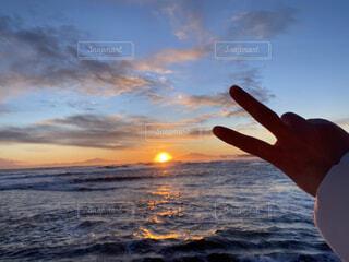 自然,風景,海,空,冬,屋外,太陽,朝日,ビーチ,雲,砂浜,手,水面,北海道,指,正月,お正月,元旦,日の出,ピース,道東,冷たい,新年,初日の出,知床半島,オホーツク海,網走,了解,毛嵐,帽子岩,よろしく,ジェスチャー,2021,2021 年
