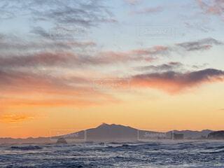 自然,風景,海,空,冬,屋外,太陽,朝日,ビーチ,雲,砂浜,水面,北海道,正月,お正月,元旦,日の出,道東,冷たい,新年,初日の出,知床半島,オホーツク海,網走,毛嵐,帽子岩,2021,2021 年