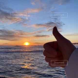 自然,風景,海,空,冬,屋外,太陽,朝日,ビーチ,雲,砂浜,手,水面,北海道,指,未来,正月,お正月,元旦,日の出,道東,冷たい,新年,初日の出,知床半島,オホーツク海,希望,グー,網走,了解,毛嵐,帽子岩,決意,よろしく,ナイス,ジェスチャー,2021,2021 年