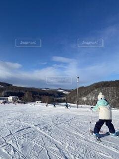 空,冬,雪,屋外,晴れ,後ろ姿,山,子供,人,ひとり,スキー,運動,スキー場,スノーボード,ウィンタースポーツ,日中,初心者,ボーゲン