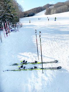 空,冬,雪,屋外,晴れ,山,休憩,スキー,運動,スキー場,スノーボード,ウィンタースポーツ,日中,初心者,スキー板,スポーツ用品