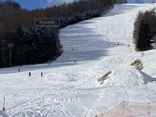 空,冬,雪,屋外,晴れ,山,休憩,スキー,たくさん,運動,スキー場,スノーボード,ウィンタースポーツ,日中,初心者,スキー板,スポーツ用品
