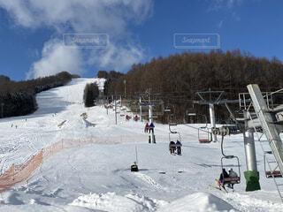 空,冬,雪,屋外,晴れ,山,スキー,たくさん,運動,スキー場,リフト,スノーボード,ウィンタースポーツ,日中,スキー板,スポーツ用品