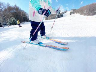 空,冬,雪,屋外,晴れ,山,子供,人,スキー,運動,スキー場,スノーボード,ウィンタースポーツ,日中,初心者,スキー板,スポーツ用品