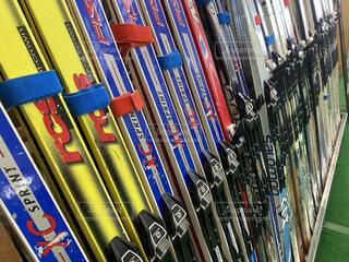 風景,冬,雪,カラフル,棚,たくさん,道具,運動,整列,ウィンタースポーツ,スキー板,貸し出し,ノルディック,歩くスキー,カントリースキー,貸しスキー