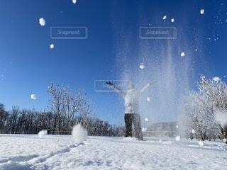 雪を投げる人の写真・画像素材[4137820]