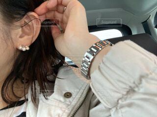 ピアスを付けた女性の耳元の写真・画像素材[4344410]