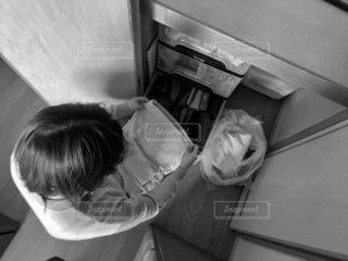 衣替えをする女性の俯瞰ショット モノクロバージョンの写真・画像素材[4358581]