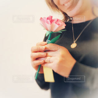 母の日のカーネーションを持つ女性の写真・画像素材[4400134]