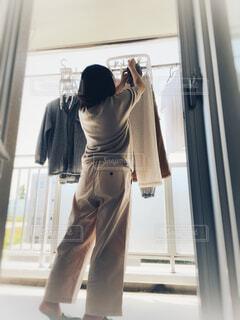 ベランダで洗濯物を干す人の写真・画像素材[4534236]