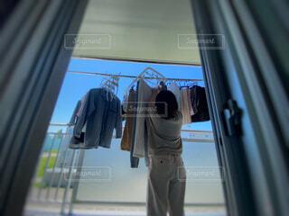 ベランダで洗濯物を干す人の写真・画像素材[4534238]